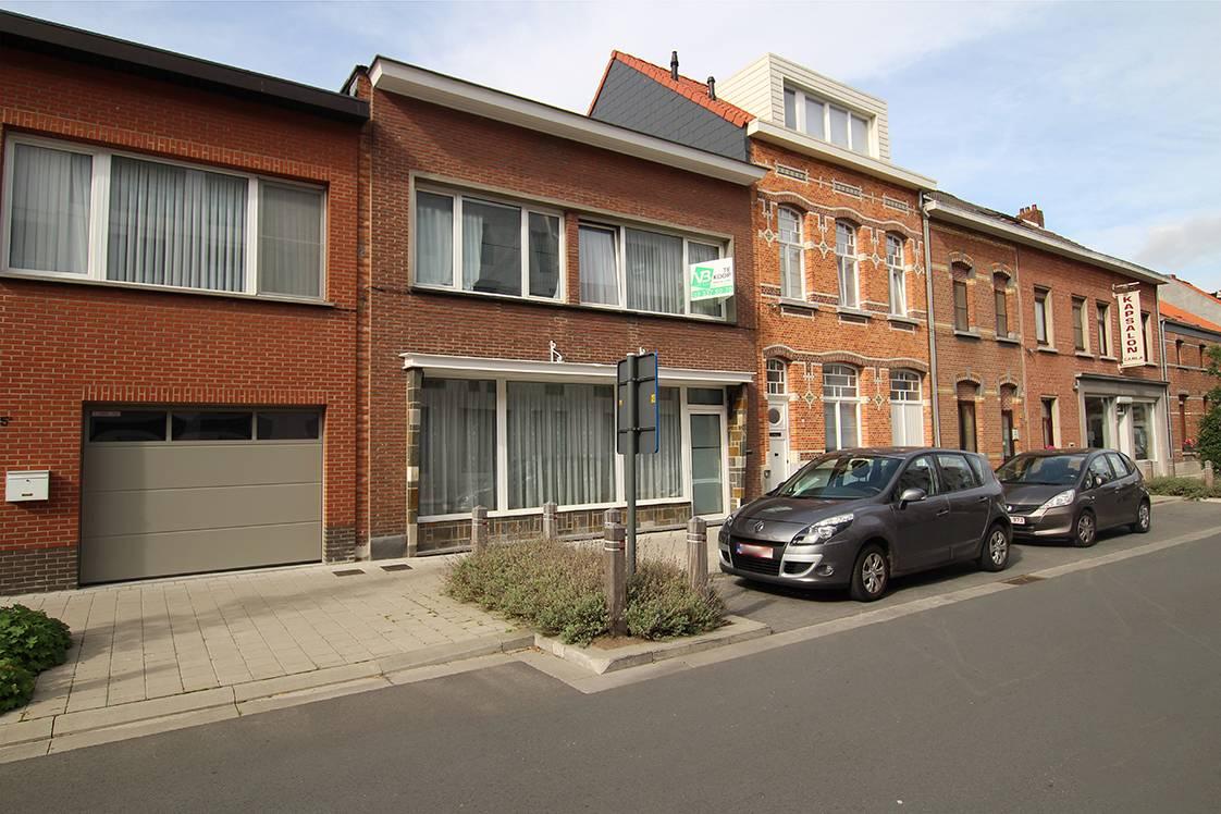 Op te frissen ééngezinswoning met drie slaapkamers en gezellige binnentuin in het centrum van Wijnegem! afbeelding 1