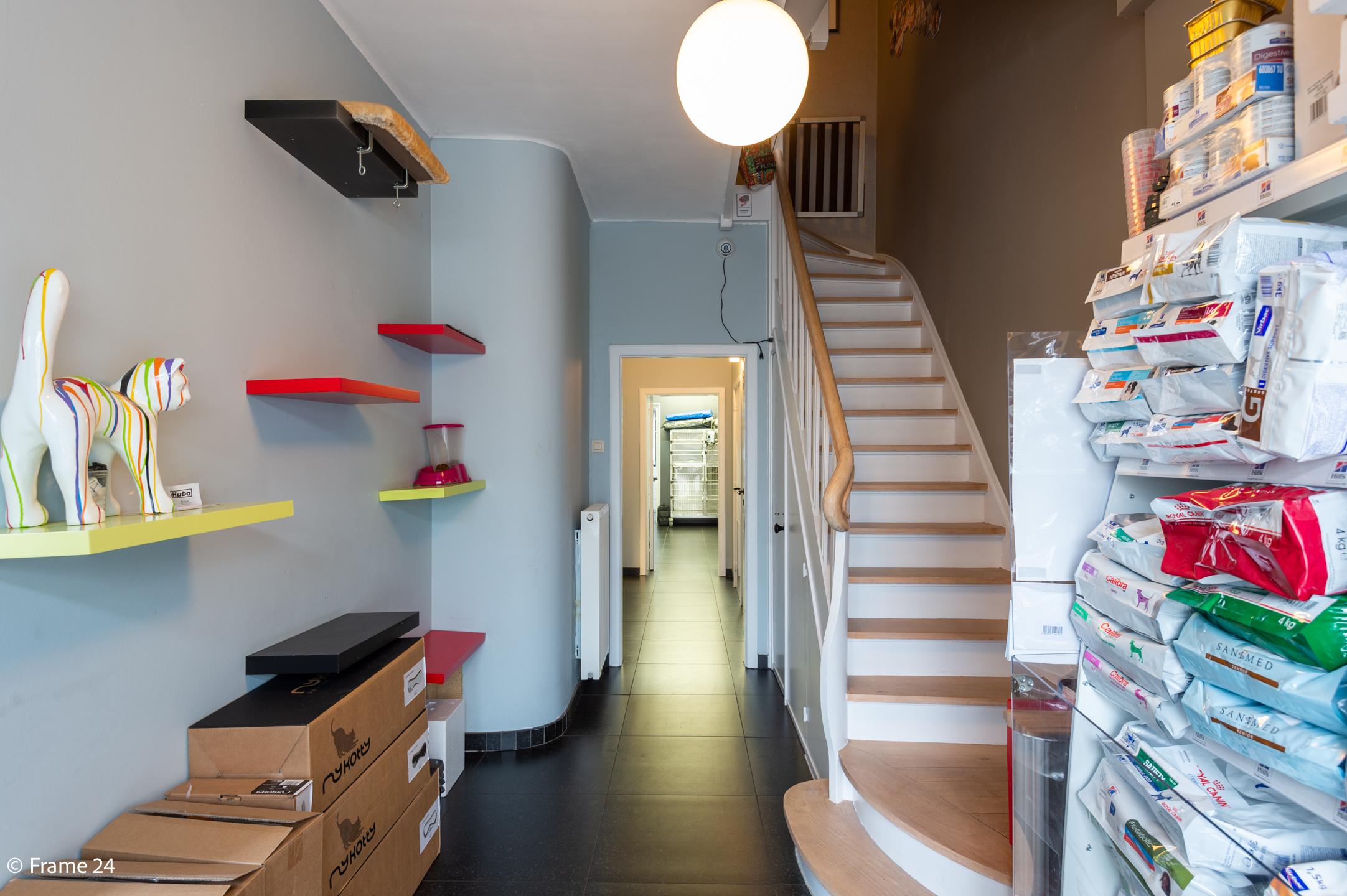 Halfopen woning met praktijkruimte/kantoor op een zeer centrale locatie te Wijnegem! afbeelding 8