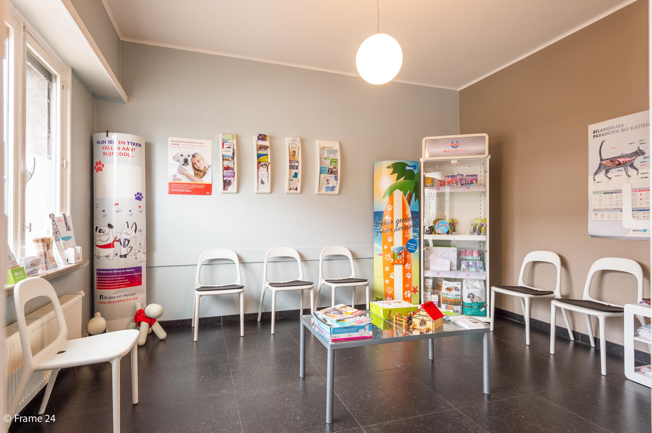 Halfopen woning met praktijkruimte/kantoor op een zeer centrale locatie te Wijnegem! afbeelding 2