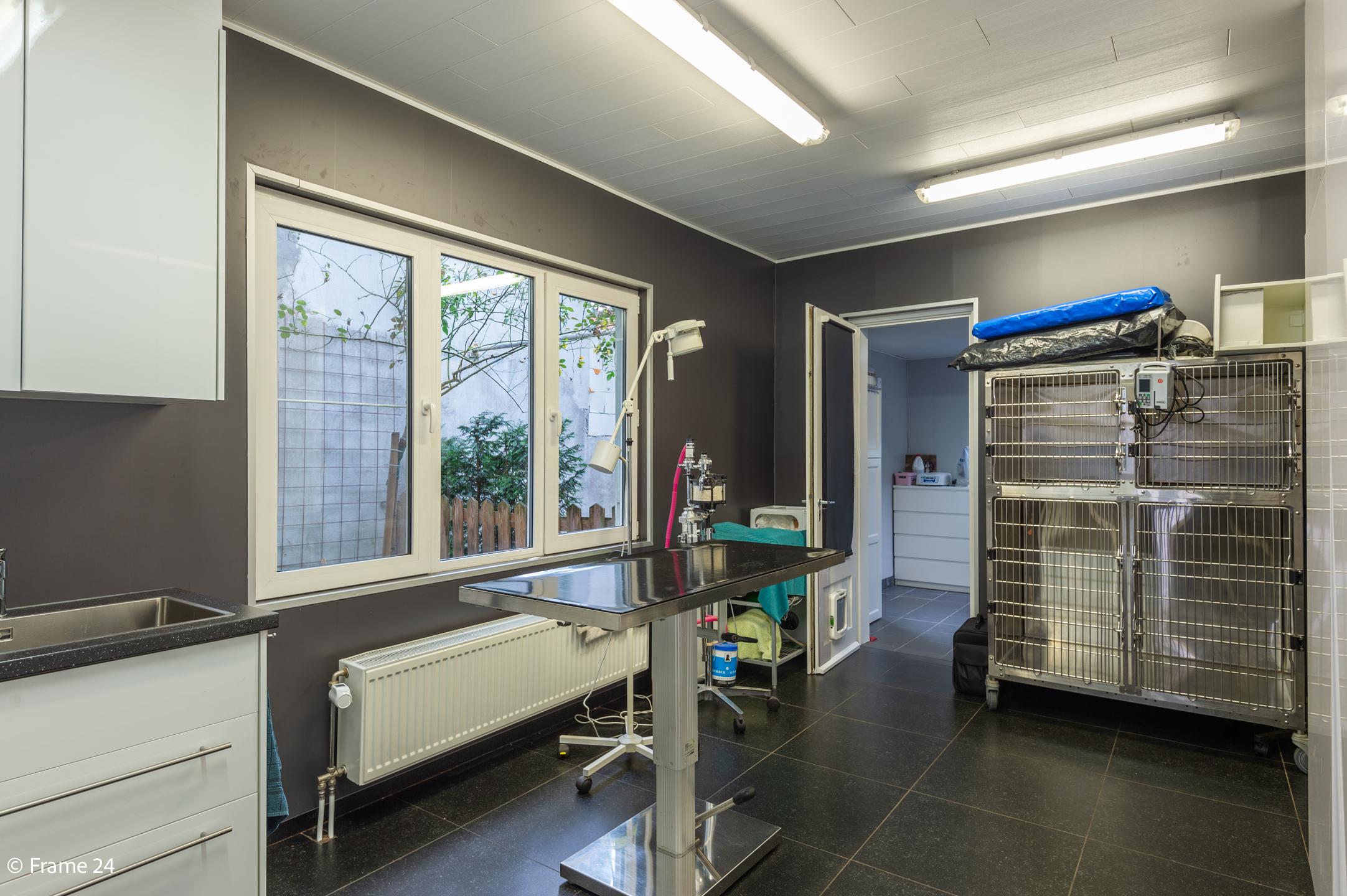 Halfopen woning met praktijkruimte/kantoor op een zeer centrale locatie te Wijnegem! afbeelding 6