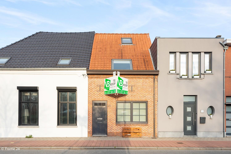 Instapklare woning met gezellige tuin op een centrale locatie in Wijnegem! afbeelding 1