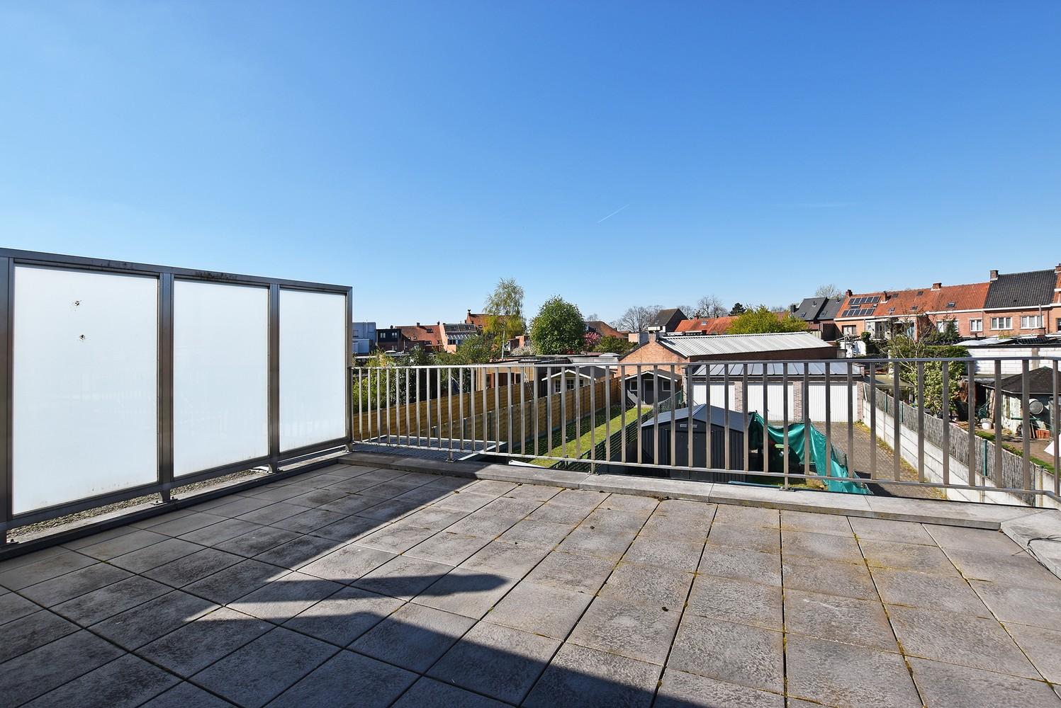 Zeer ruim en modern duplex-appartement met drie slaapkamers en groot dakterras (23 m²) te Wijnegem! afbeelding 2